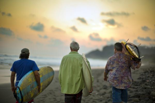 Drei Personen am Strand.