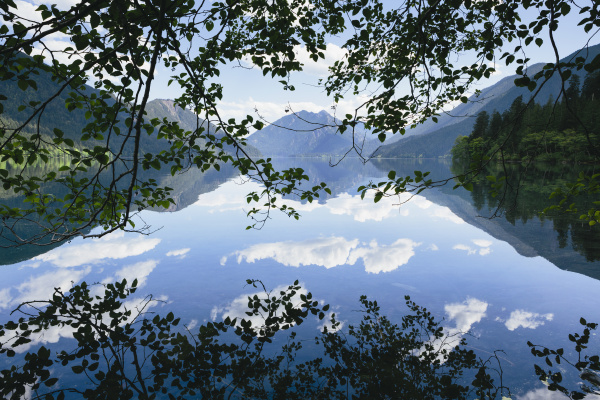 Reflexionen in einem Bergsee von Mint Images