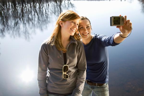 Cultura Freundinnen Selfie am Wasser