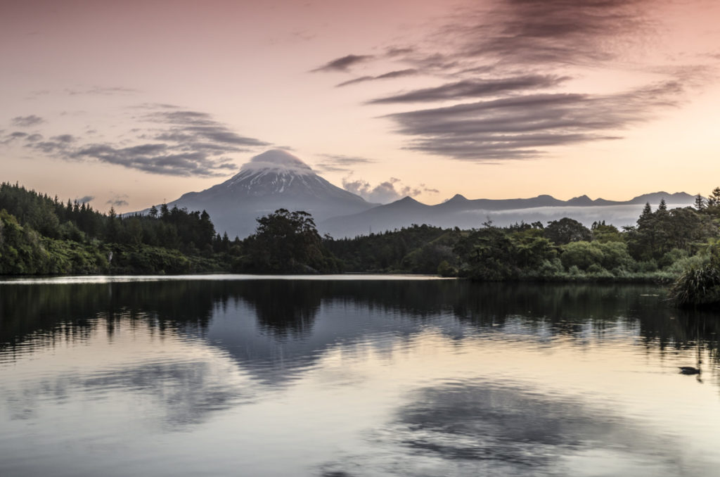 Iinaktiver Vulkan, Mt. Egmont, Mt. Taranaki, Spiegelung, Stausee Lake Mangamahoe, Nordinsel, Neuseeland, Ozeanien imageBROKER