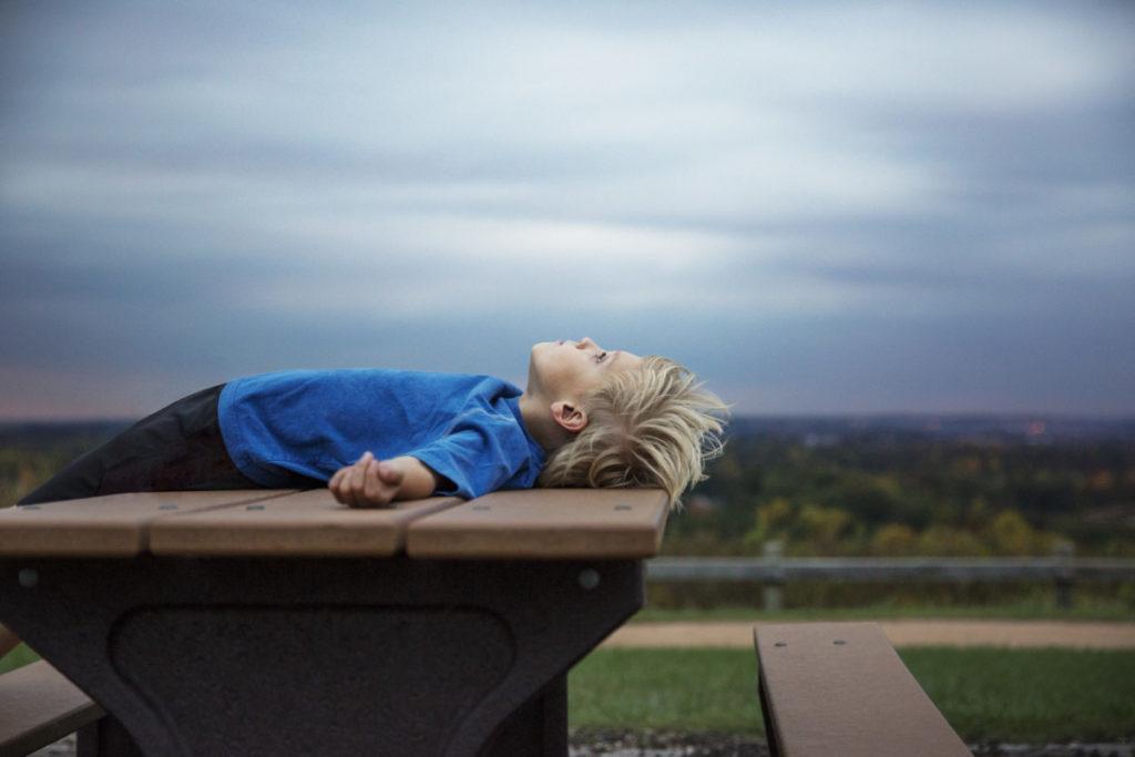 Kund, Junge, Tisch, Entspannen, Bedrohlicher Himmel, Cavan Images