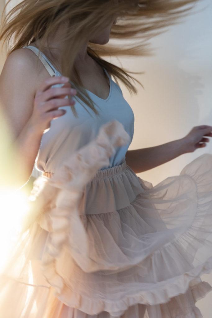 Tetra Images, Frau, tanzen sorgenlos, glücklich, Rock, royalty free foto