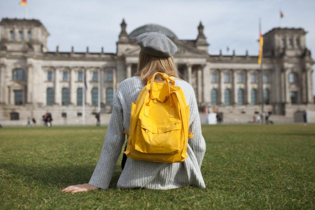 Tetra Images, Frau, sitzen, berret, Reichstagsgebäude, Berlin, Deutschland, Rucksack