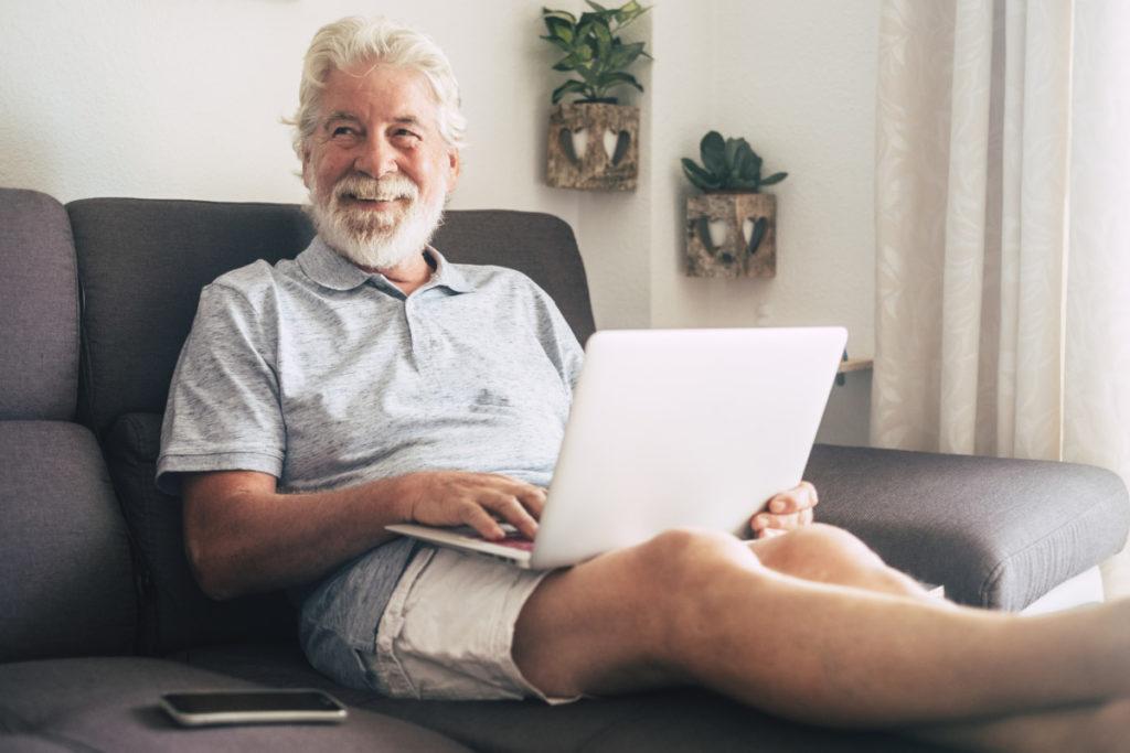 Tetra Images, Senior, Sofa, lächeln entspannt, ausgeruht, computer, notebook, royalty free photo