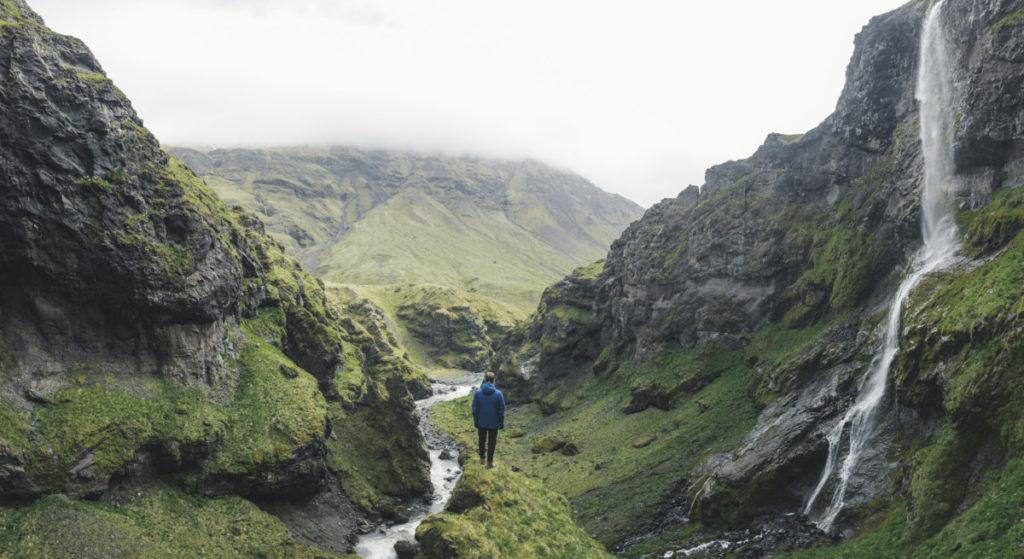 Wasserfall, Schlucht, Wanderer, Mann, Island, Europa, royalty free foto, Tetra Images