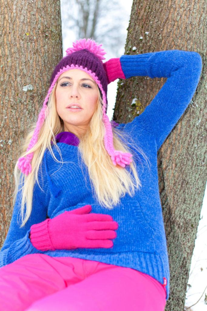 farbenfroh, frau, selbsbewußt, blau shocking pink, blond, coronavirus, lizenzfrei, modellfreigabe, foto