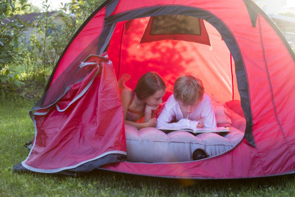 camping, garten, zu hause, kinder, lesee, fröhlich, glücklich, coronavirus, lizenzfreie Bilder, modellfreigabe