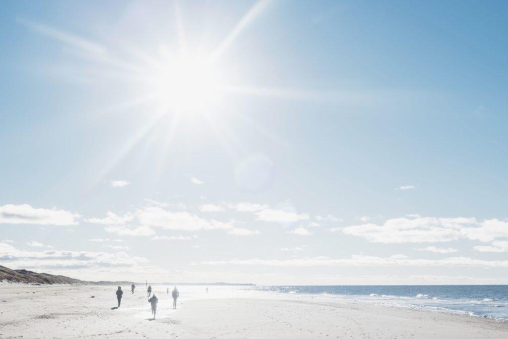 Dänemark,Hirtshals,Menschen,die im Hintergrund am Strand spazieren gehen