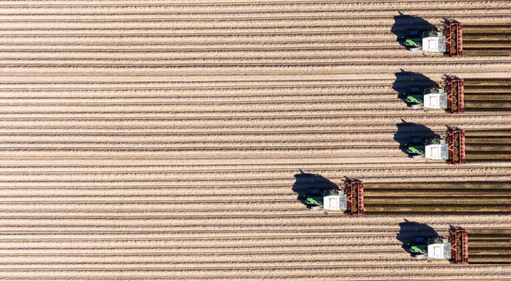 Luftaufnahme Deutschland Hessen Traktor Feld landwirt pflügen minimalismus royalty free lizenzfrei foto