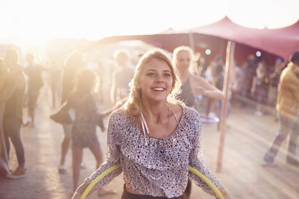Sunburst glücklich fröhlich festival musik frau hoola hoop ringe lizenzfrei royalty free günstig panthermedia füße foto