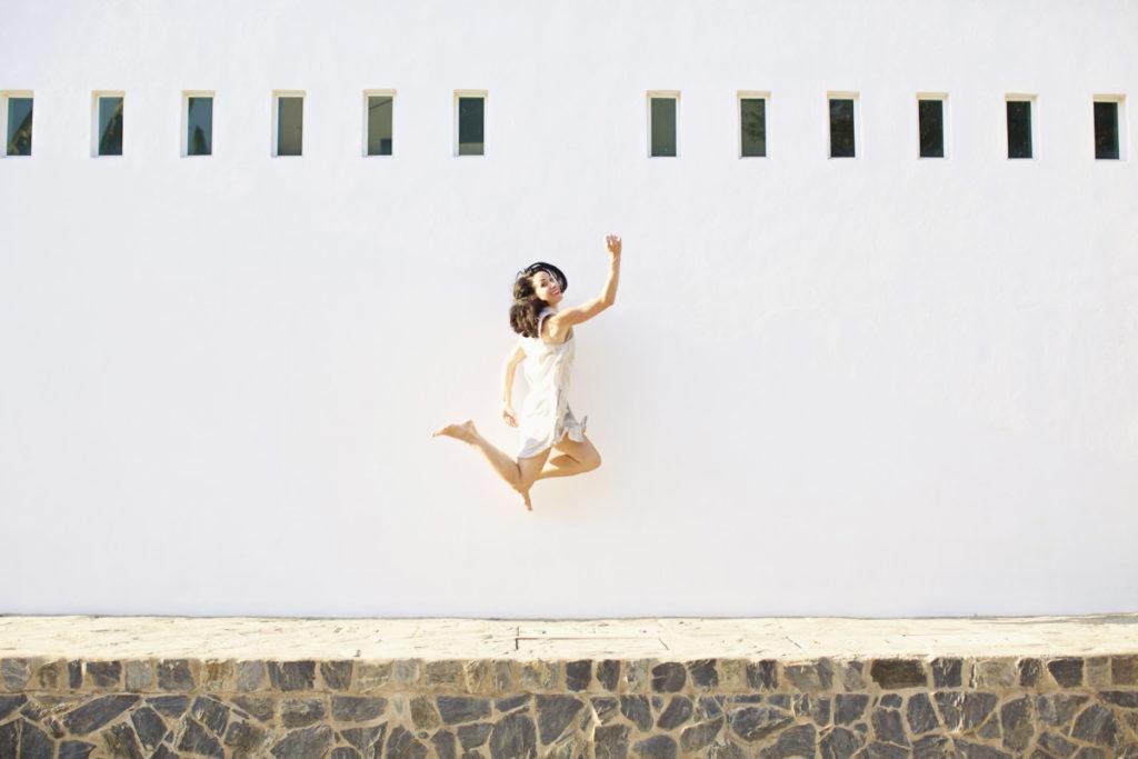 Frau sommer hell wand minimalismus lizenzfrei royalty free