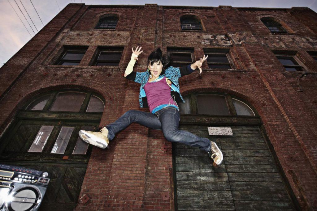 Breakdance Pop-Kultur abend frau springen sprung lebensfreude farbenfroh Backstein lizenzfreie bilder