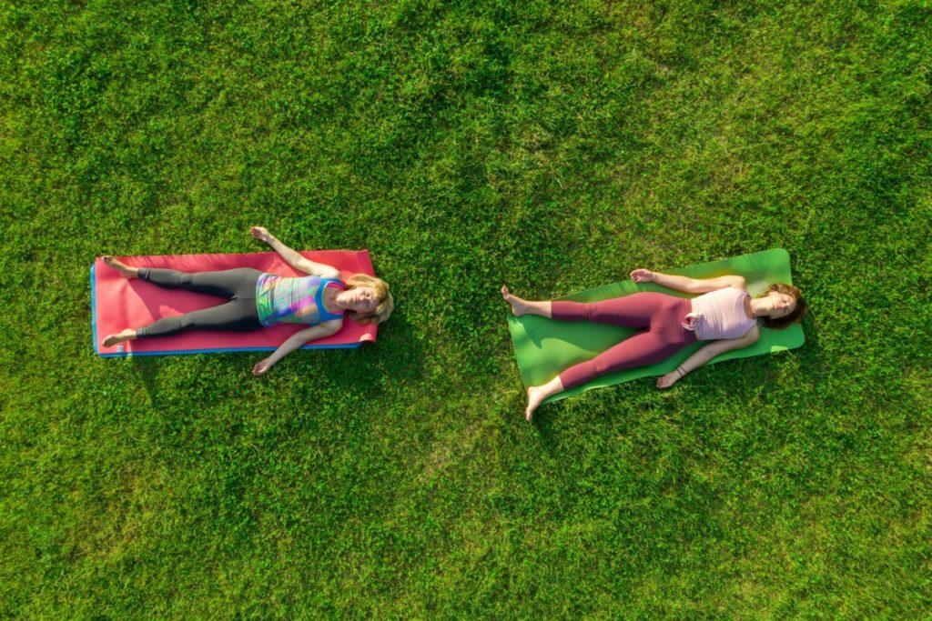 Luftaufnahme zwei Frauen Yoga Gras Park Drohnenfotografie lizenzfreie bilder foto panthermedia Drohnenfotos