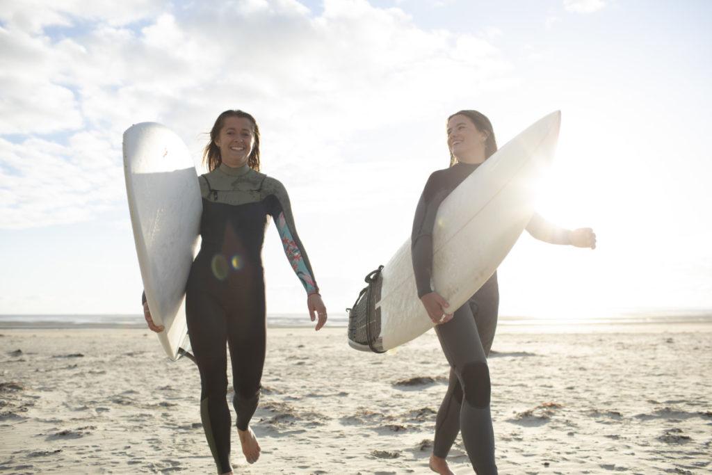Sunburst zwei glücklich fröhlich strand frau surfen lizenzfrei royalty free günstig panthermedia füße foto