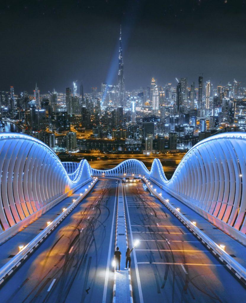 Drohnenfotos dubai skyline nachthimmel brücke beleuchtung uae liznezfreies bild panthermedia
