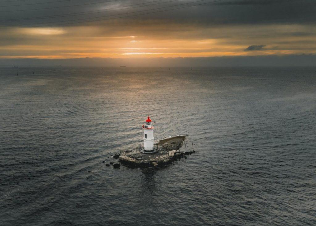 Luftaufnahme Tokarevskaya Leuchtturm Insel Sonnenuntergang Wladiwostok Primorski Krai Russland Drohnenfotografie panthermedia lizenzfreie bilder